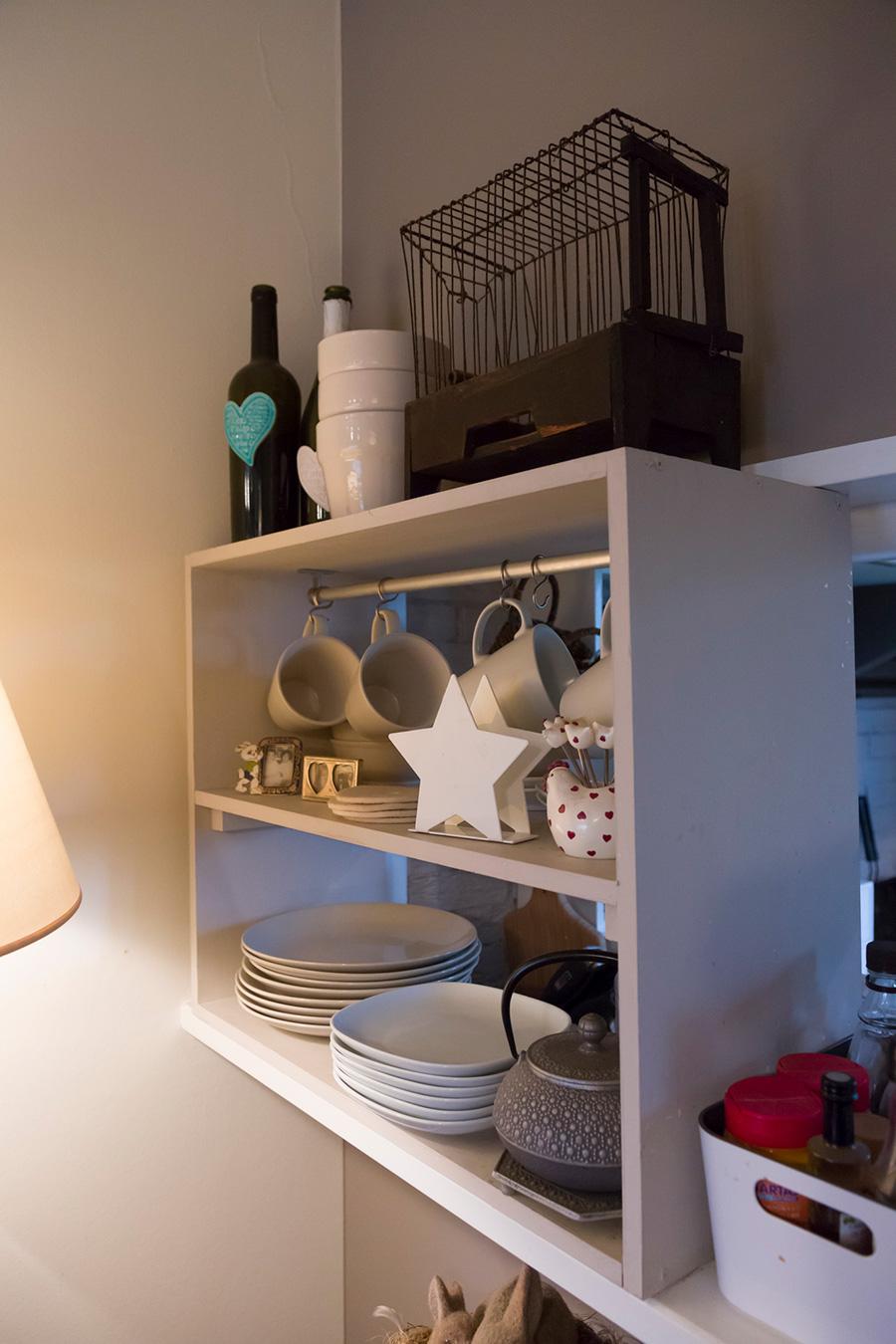 オープンカウンターに造作した棚。キッチン側からもリビング側からも取り出せるのが便利。