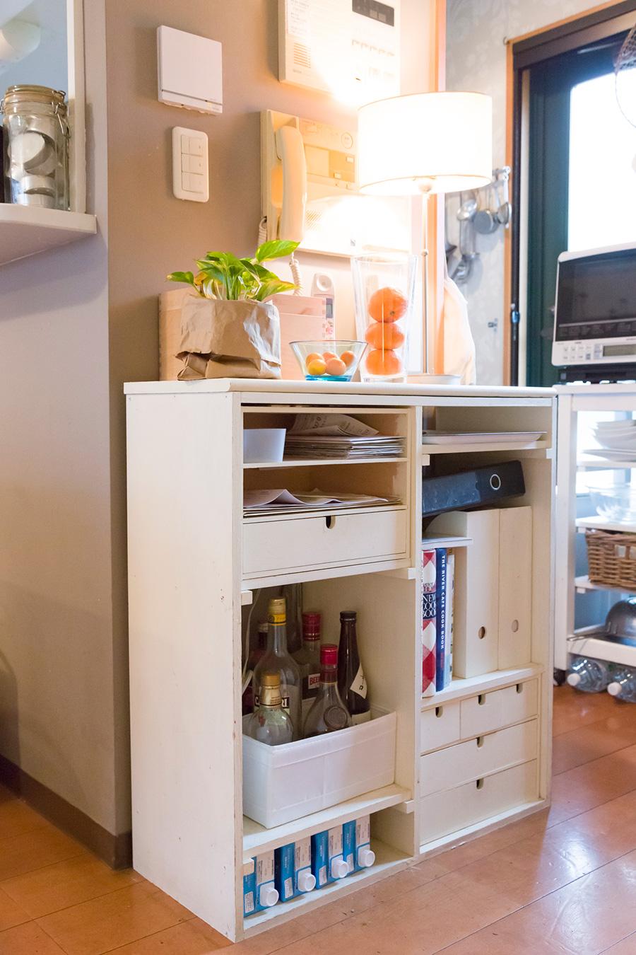こちらもDIYで作った棚。コンパクトなキッチンの収納を確保しようと空きスペースを活用。
