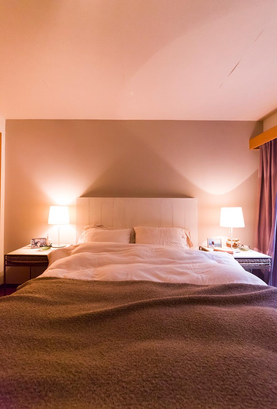 ナチュラルなグレートーンのベッドルーム。リネンのシーツはベルギーの「リベコ」を愛用。グレーのブランケットをかけて完成。
