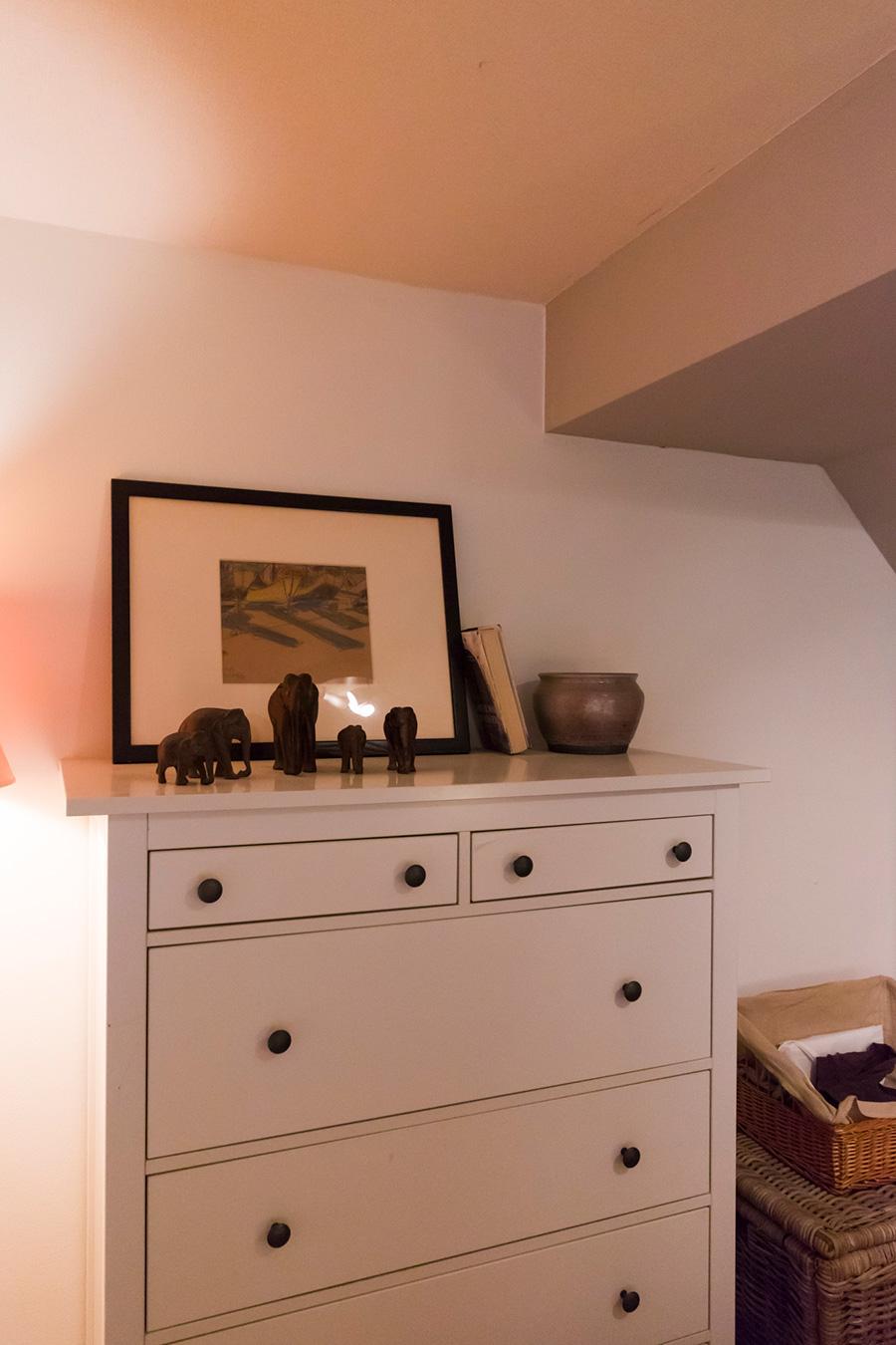 ベッドルームのキャビネット上をディスプレイスペースに。ユーモラスな象の置き物がヘザーさんのお気に入り。