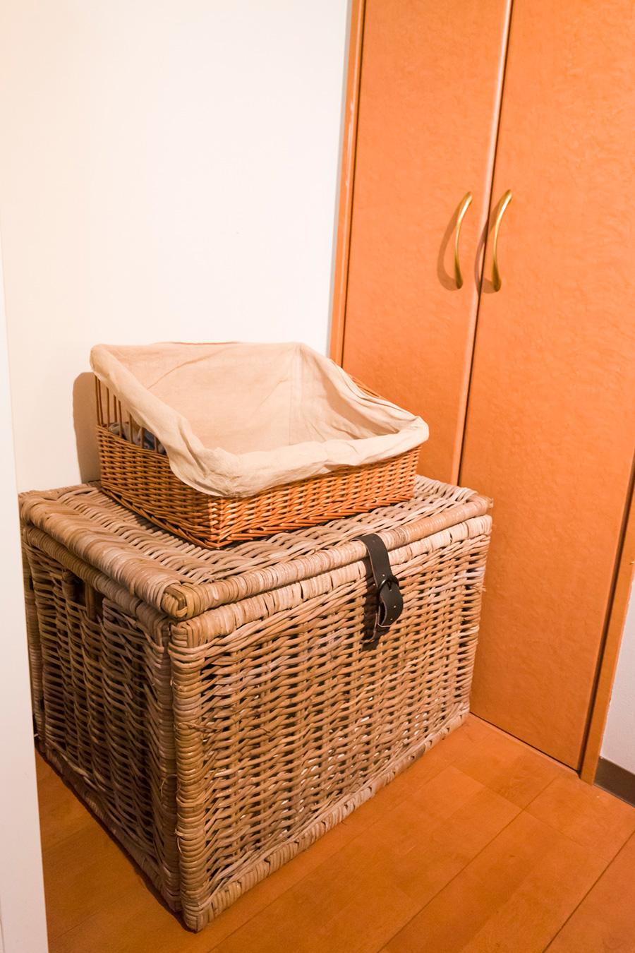 大きなバスケットは、毛布や洗い替えなどを入れたブランケットボックス。上の籠は脱いだものの一時保管に。