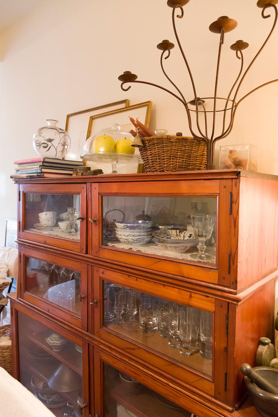 ベルギーから一緒に引っ越してきたアンティークのキャビネット。コレクションしているグラスや器が並ぶ。