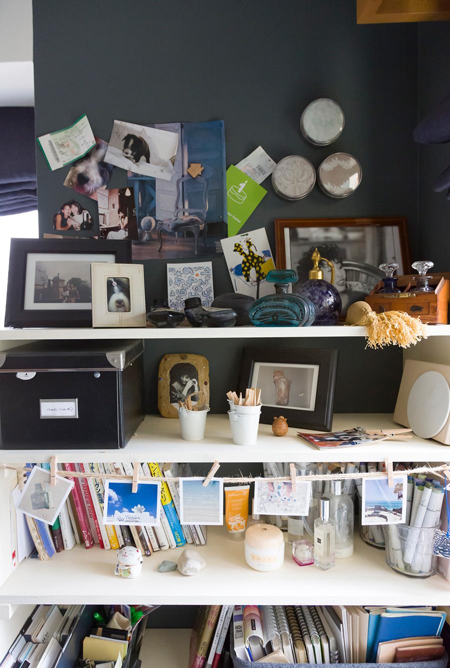 書斎の机の横は大切な思い出を並べたコーナーに。壁にはマグネットペイントを下地に塗っているので、活用度も高い。