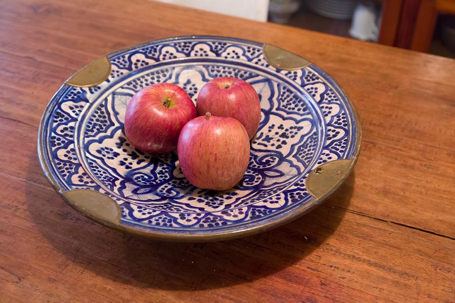 森瑤子さんが愛用していたお皿。いつもダイニングテーブルの上にセット。