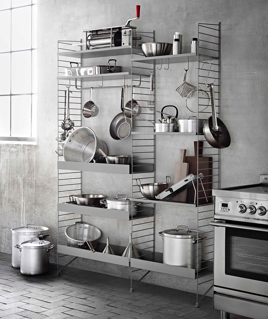 グレーメタルで仕上げたシェルフは、インダストリアルな雰囲気のキッチンにぴったり。