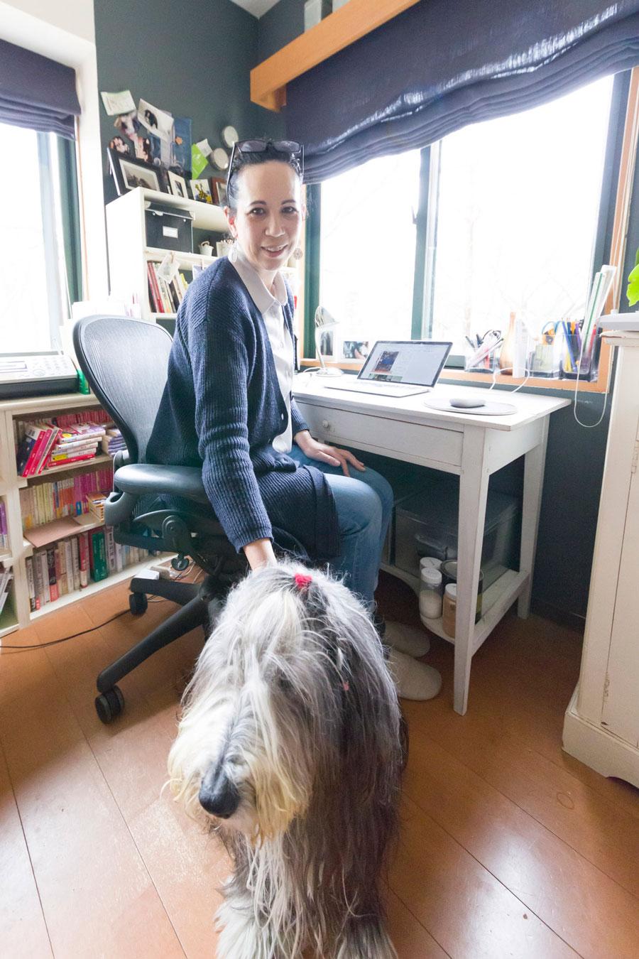 チャコールグレーに塗った書斎で、仕事にあたるヘザー・ブラッキンさん。愛犬ボニーはビアデッド・コリー。