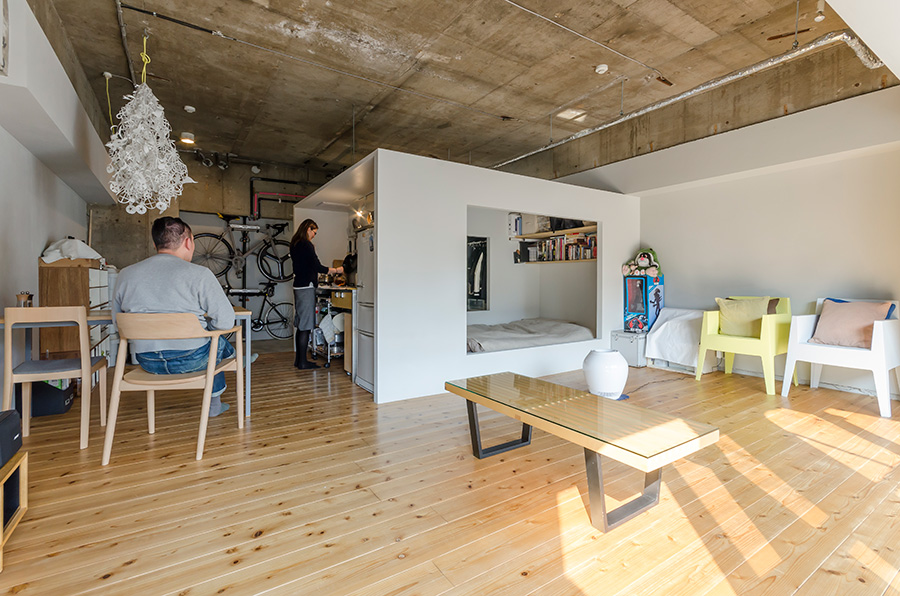 キッチン、寝室、書斎、収納を兼ねる白い箱