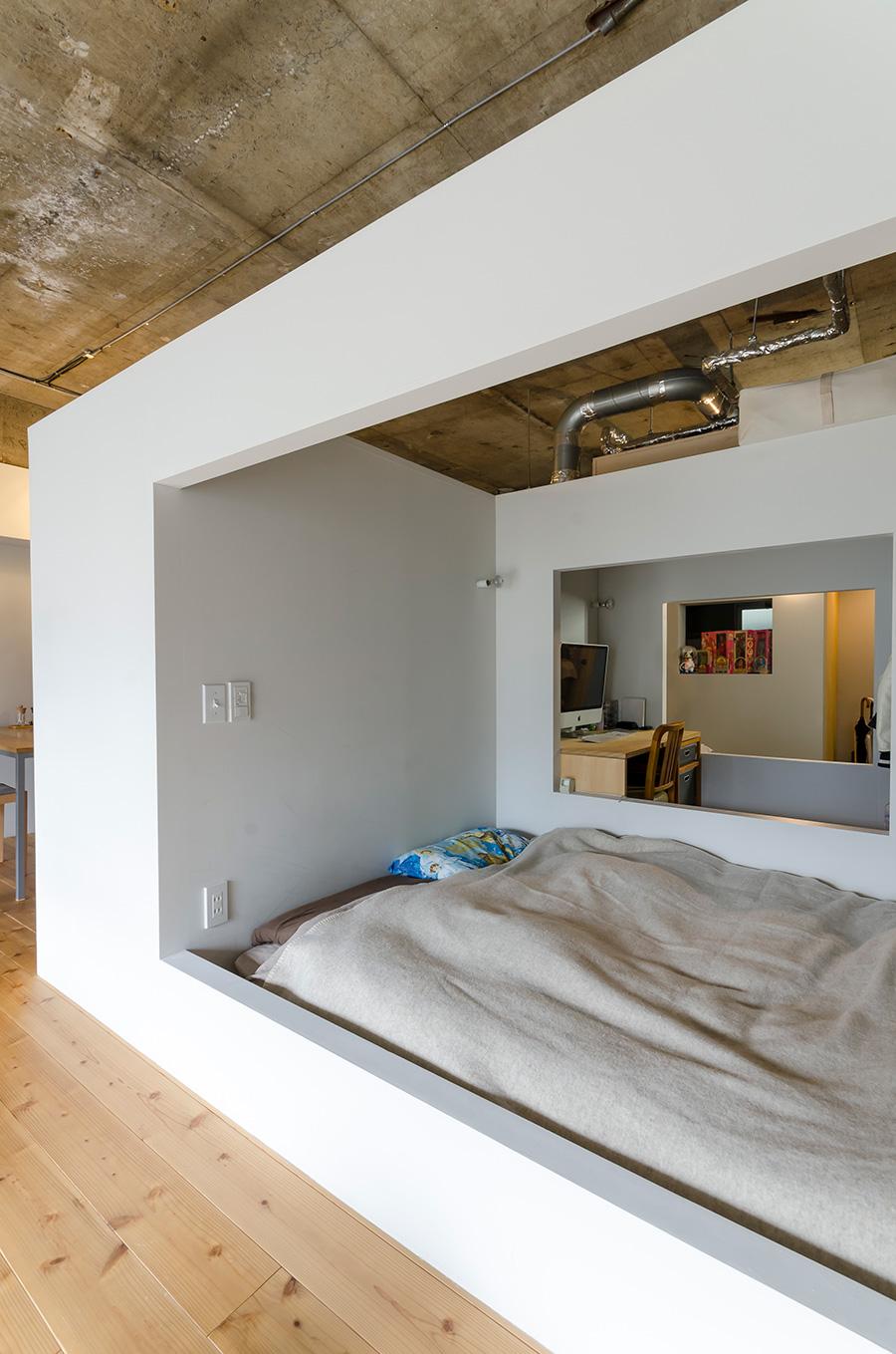 ベッドルームには天井の壁を作らず、開放感を演出。
