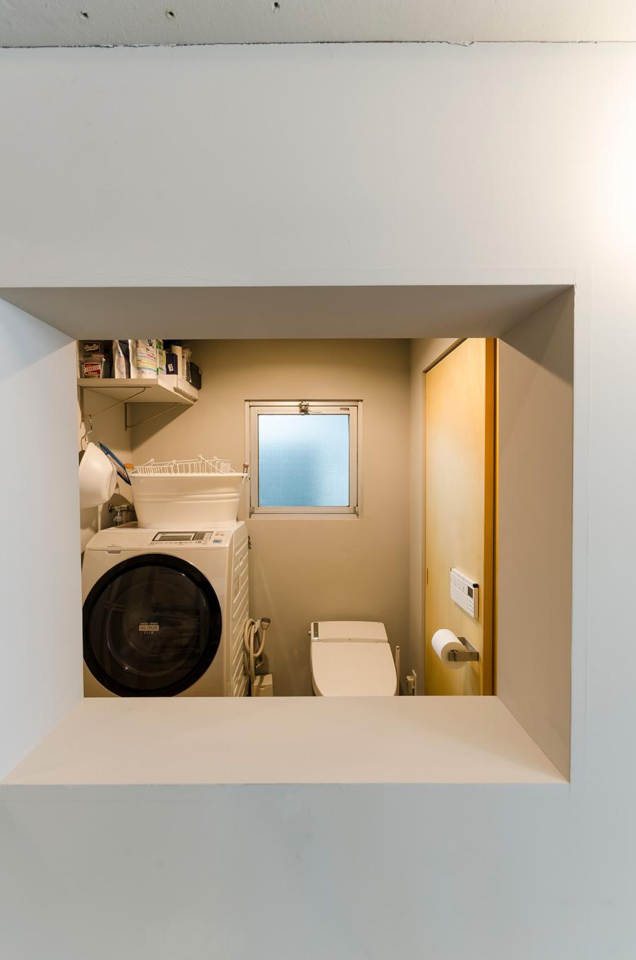 トイレと脱衣所の壁に穴を開けるという斬新な発想。