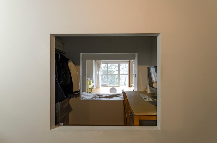 玄関を入ってすぐの眺め。柔らかい日光が部屋の奥まで届く設計に。