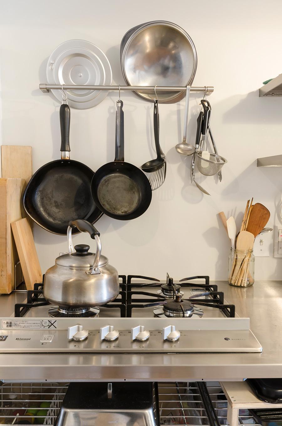 シンプルなキッチン。グリルのないガスコンロはこだわり。