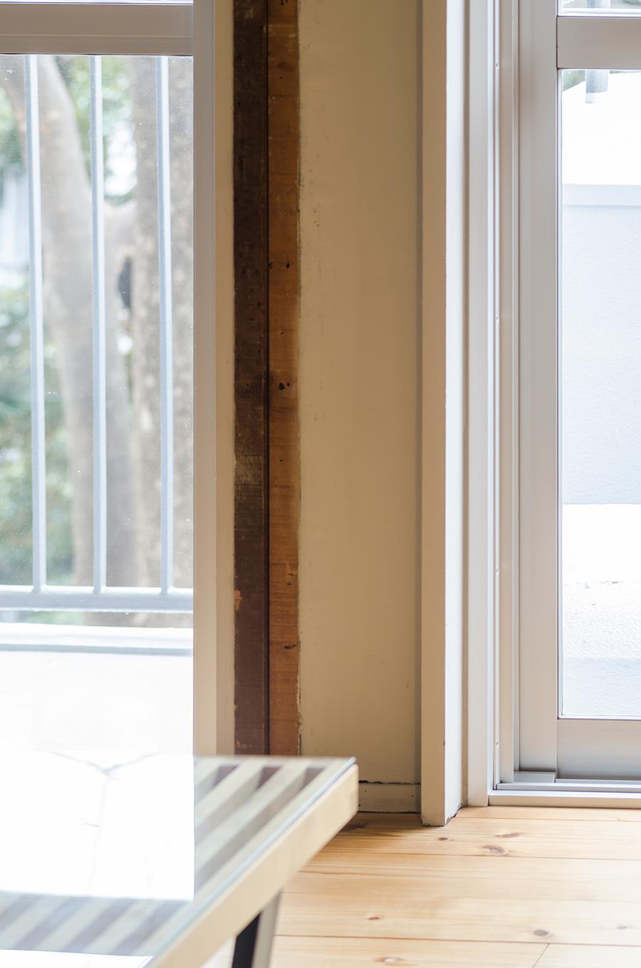 かつて部屋を仕切っていた木材の柱は、残してインテリアの一部に。