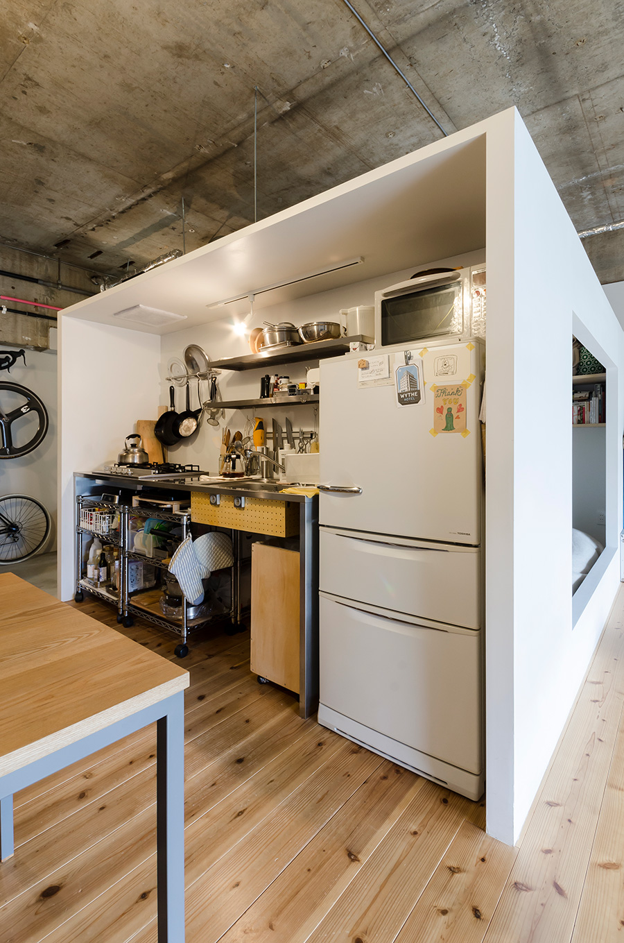 箱型の寝室の側面にはコンパクトなキッチンを設置。