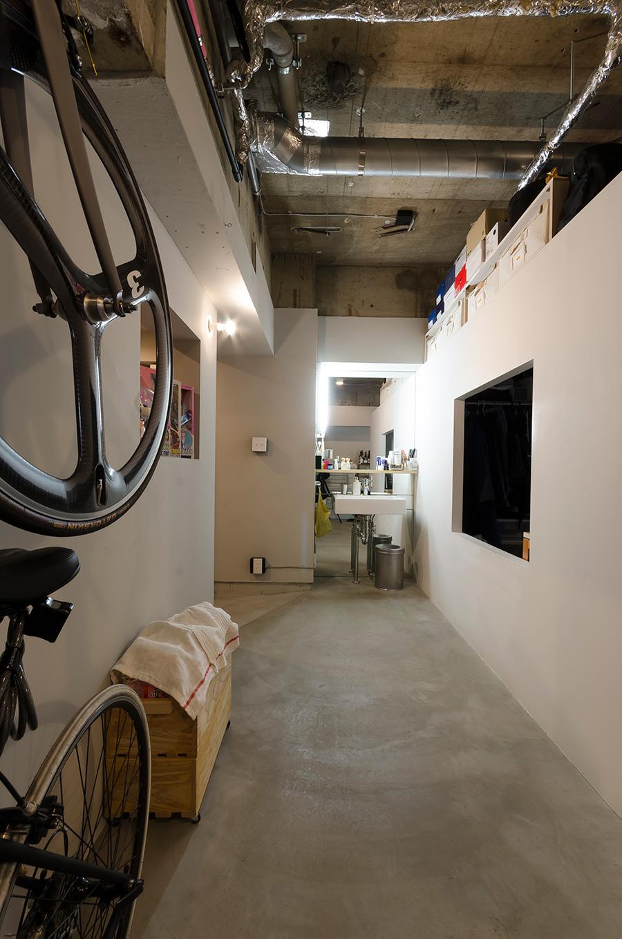 玄関横には全面鏡張りの洗面所を設置。