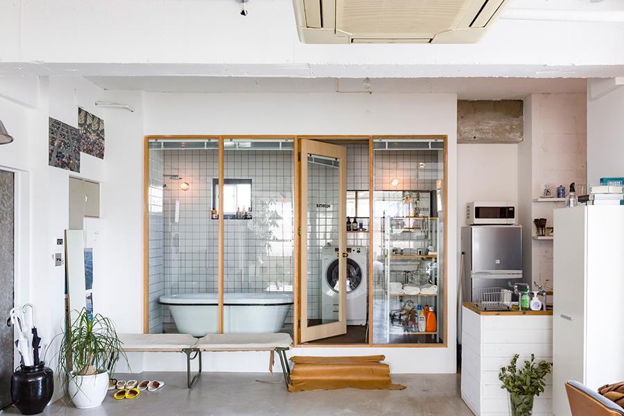 バスルームは木枠のガラスで仕切られている。「来客用にブラインドをつけましたが、ひとりの時は使ってませんね(笑)」