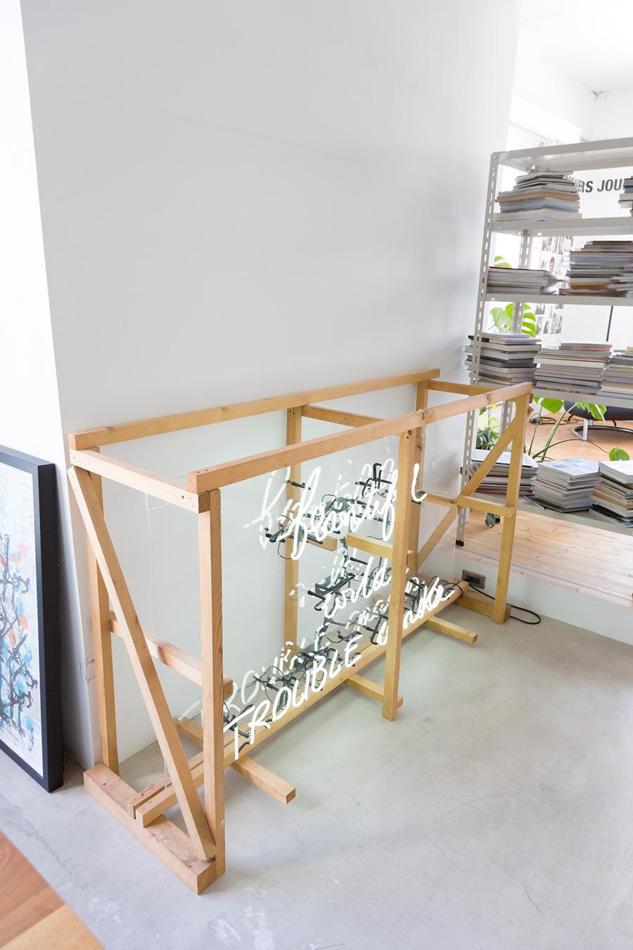 イベントで使ったネオン管。「運搬用の木枠ごと飾りました。この雰囲気のほうが気分かなと思って」