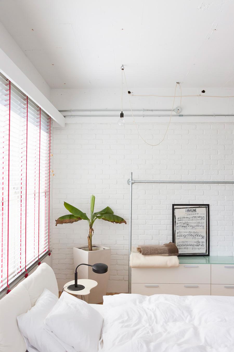 ブリックタイルを貼り、目地ごと白にペイント。味のある壁面ができあがった。