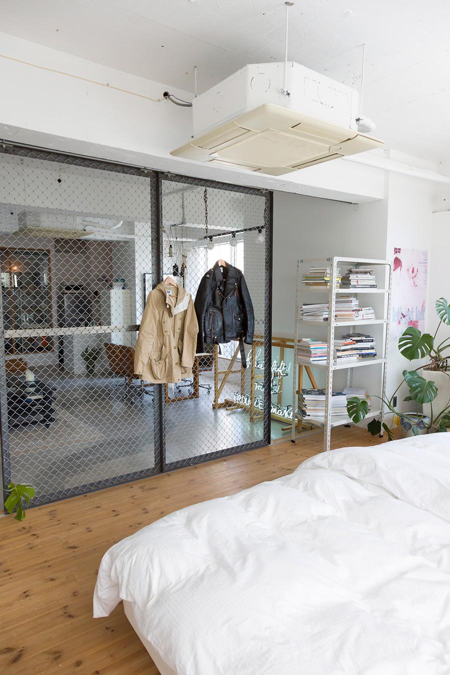 「金網に着てた服を引っ掛けておけば適度に目隠しされるので、ベッドルームに個室感が生まれます」