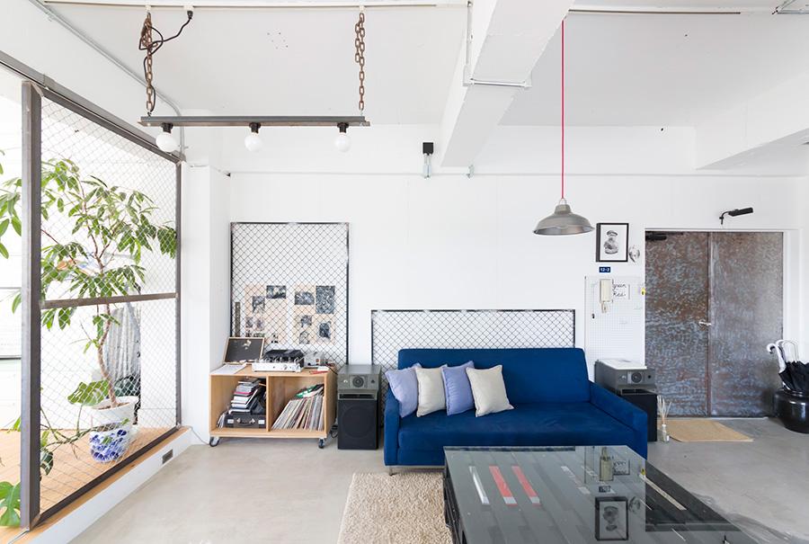 玄関とリビングはフラットにつながる。ベッドルームとバスルームは1段高くなっていて、空間の連続性に変化が生まれている。