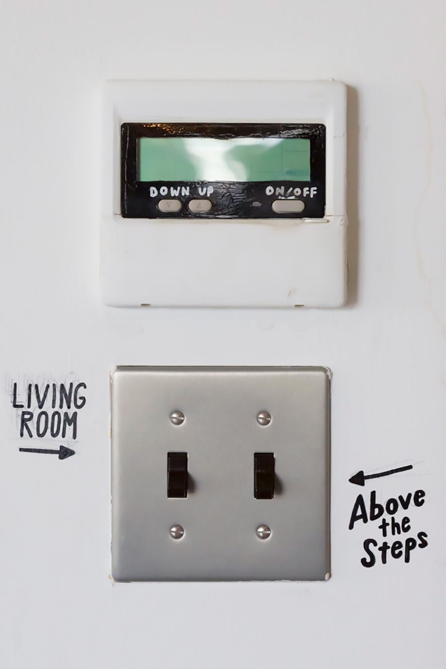 スイッチ回りにマーカーで手書きのサイン。デザイン的に今一つな給湯器のスイッチもペイントすればこんなにキュートに。