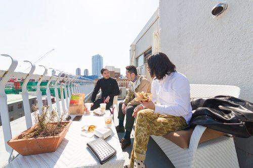 このマンション内にさらにひとつ見つけた新物件のリノベーションの相談を受けるHOUSETRADの水野了祐さんと細田邦彦さん。