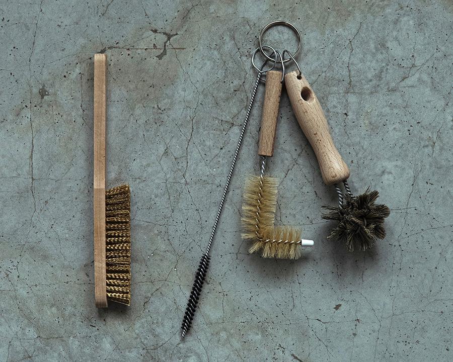 左から 柄付きグリルブラシ H220mm ¥900 シンクお手入れブラシ3点セット(左からスティックブラシ H280mm L字ブラシ H170mm ラウンドブラシ H150mm)¥2,100