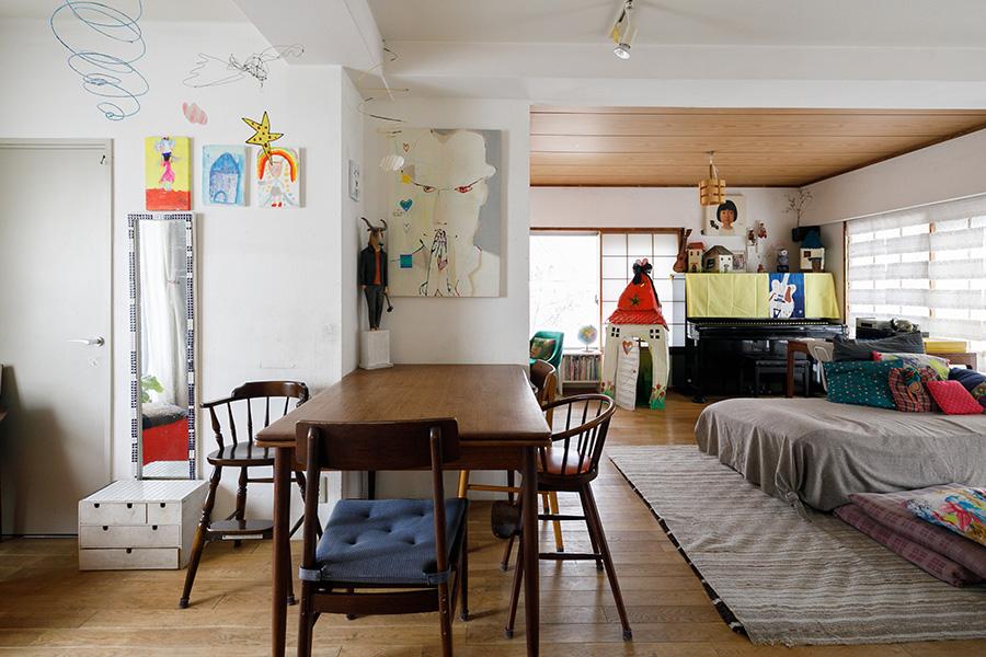 写真右奥が元々和室だった部分。襖や畳を取り払ってLDと一体に。天井板や、あえて残した障子に和室の面影が残る。写真左のドアの奥がアトリエ。