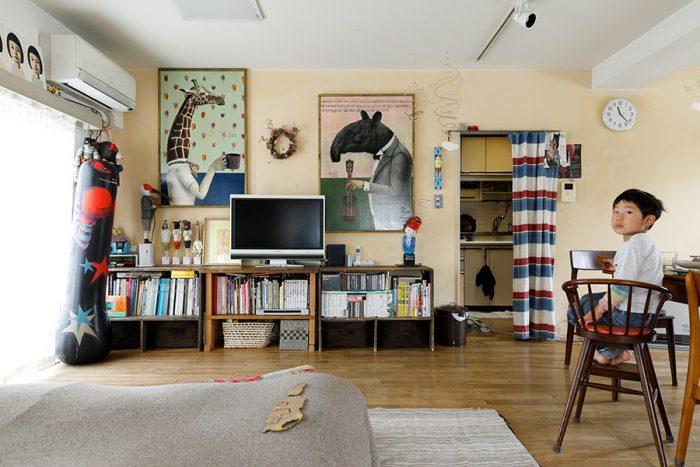 壁にはDIYで「カルククリーム」という漆喰を塗った。正面の書棚は、祐八さんがお父さんから譲り受けた古い製図板を天板にしてつくったもの。