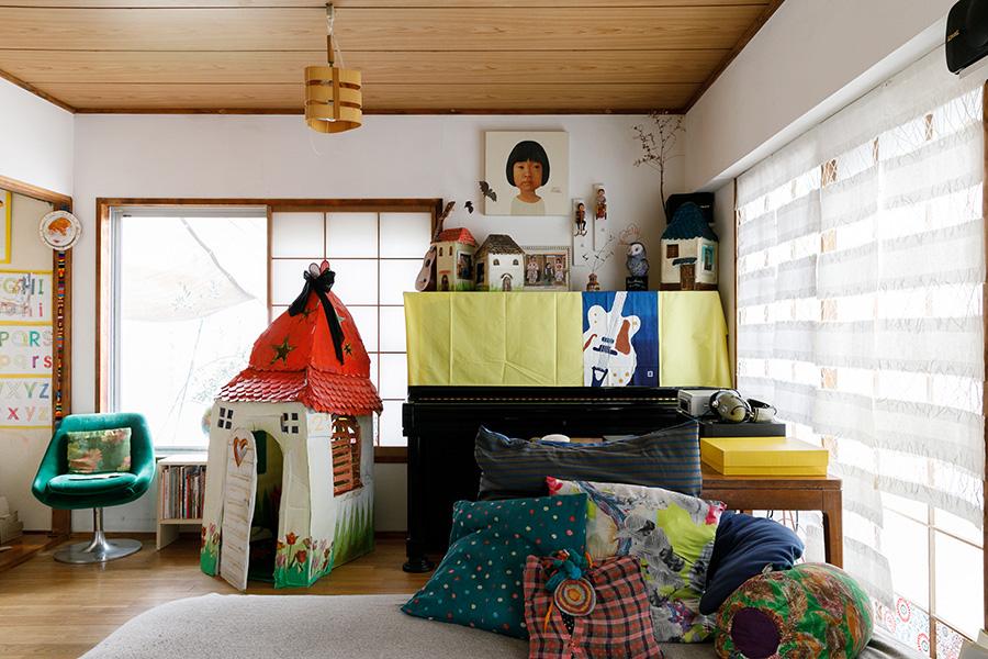家をモチーフにした作品は清香さんが個展で発表したもの。いちばん大きなダンボール製の家は、子どもたちの恰好の遊び場に。