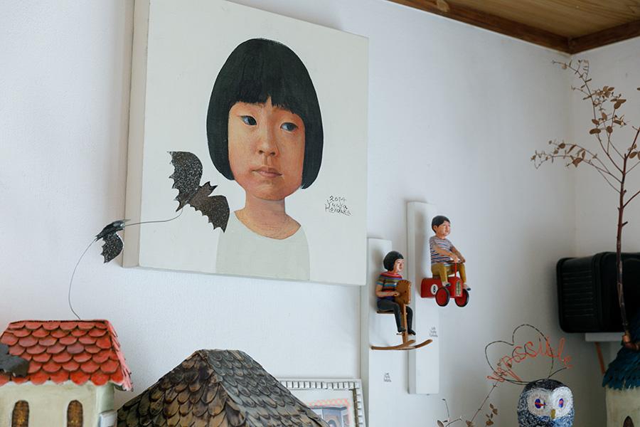 壁に飾られた絵画と立体作品は、祐八さんの手によるもの。娘さん、息子さんをモチーフにした作品も多い。