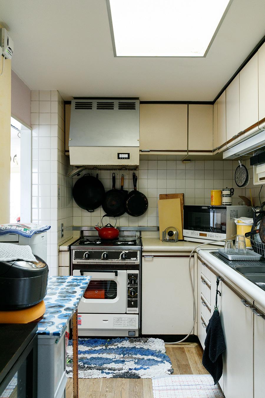 トップライトがあるキッチンは最上階ならでは。設備は既存のままなので、ちょっとレトロな雰囲気。