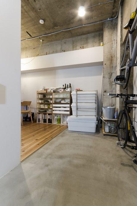 大きな荷物の出し入れもしやすいモルタル床の玄関。