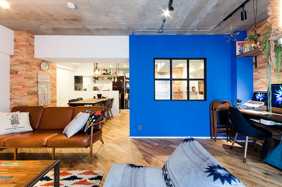 どの角度から見ても存在感のあるブルーの箱部屋。