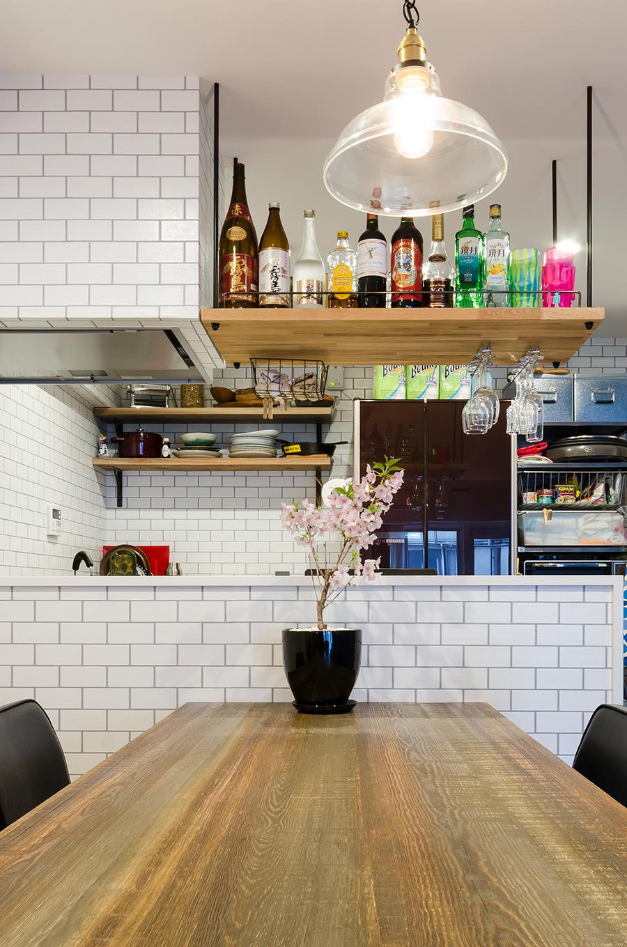換気扇の隣にお酒の収納スペースを増設。