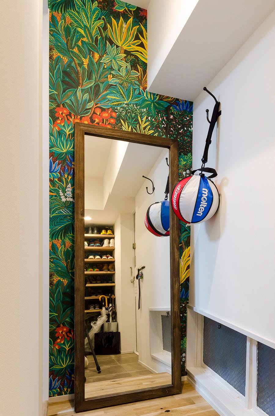 玄関の壁には元気な熱帯植物柄を。