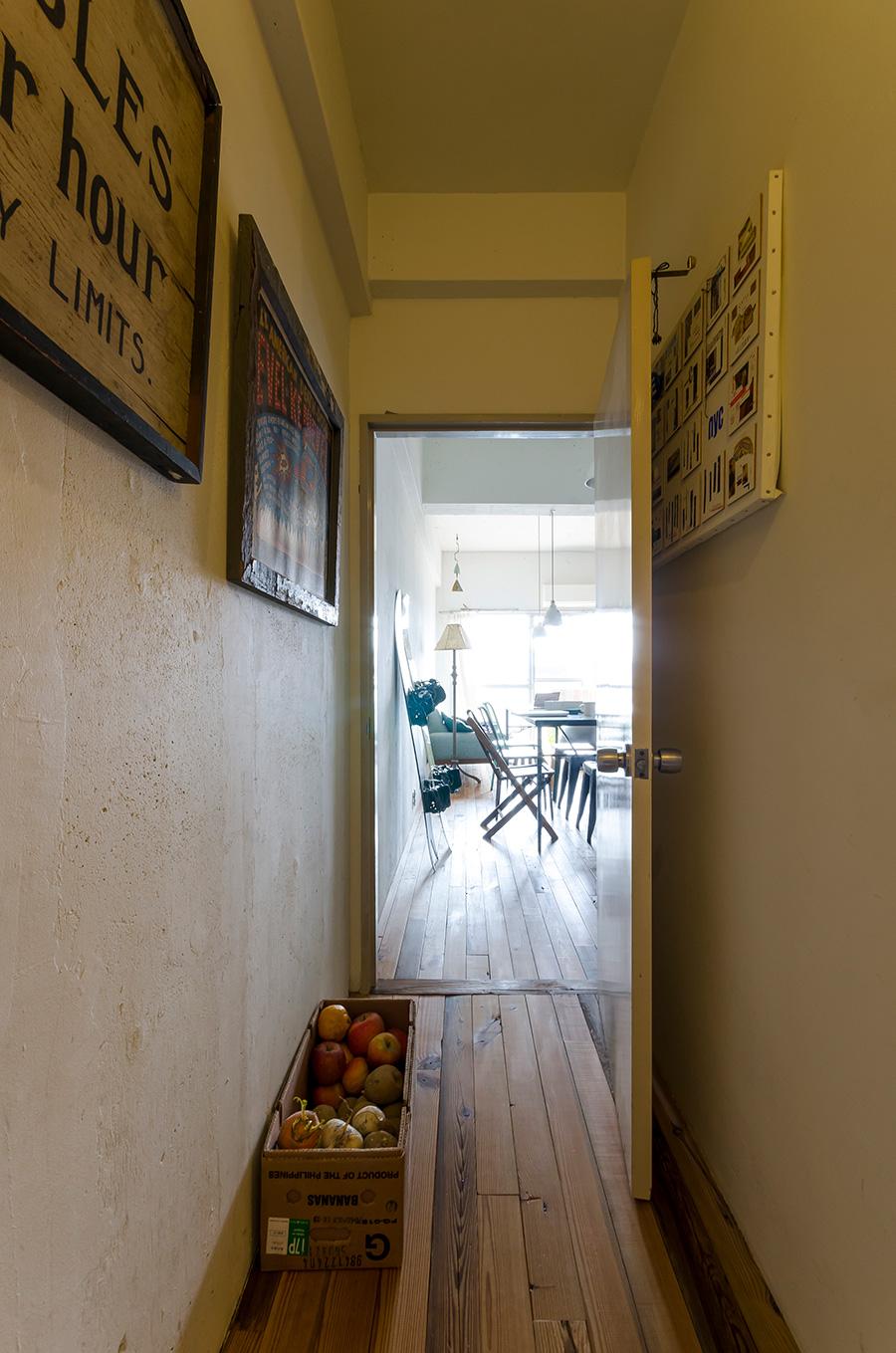 廊下からリビングまですべて床を張り替えた。ベランダからの明るい日差しが部屋を通り抜ける。