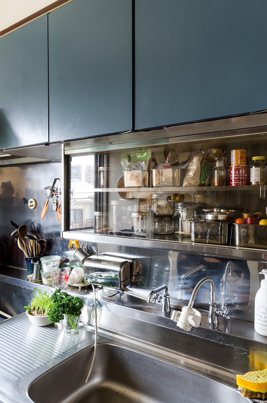 キッチンの収納は、もともとの色を活かして塗り替えた。ガラスケースのような造り付けの棚がお気に入り。