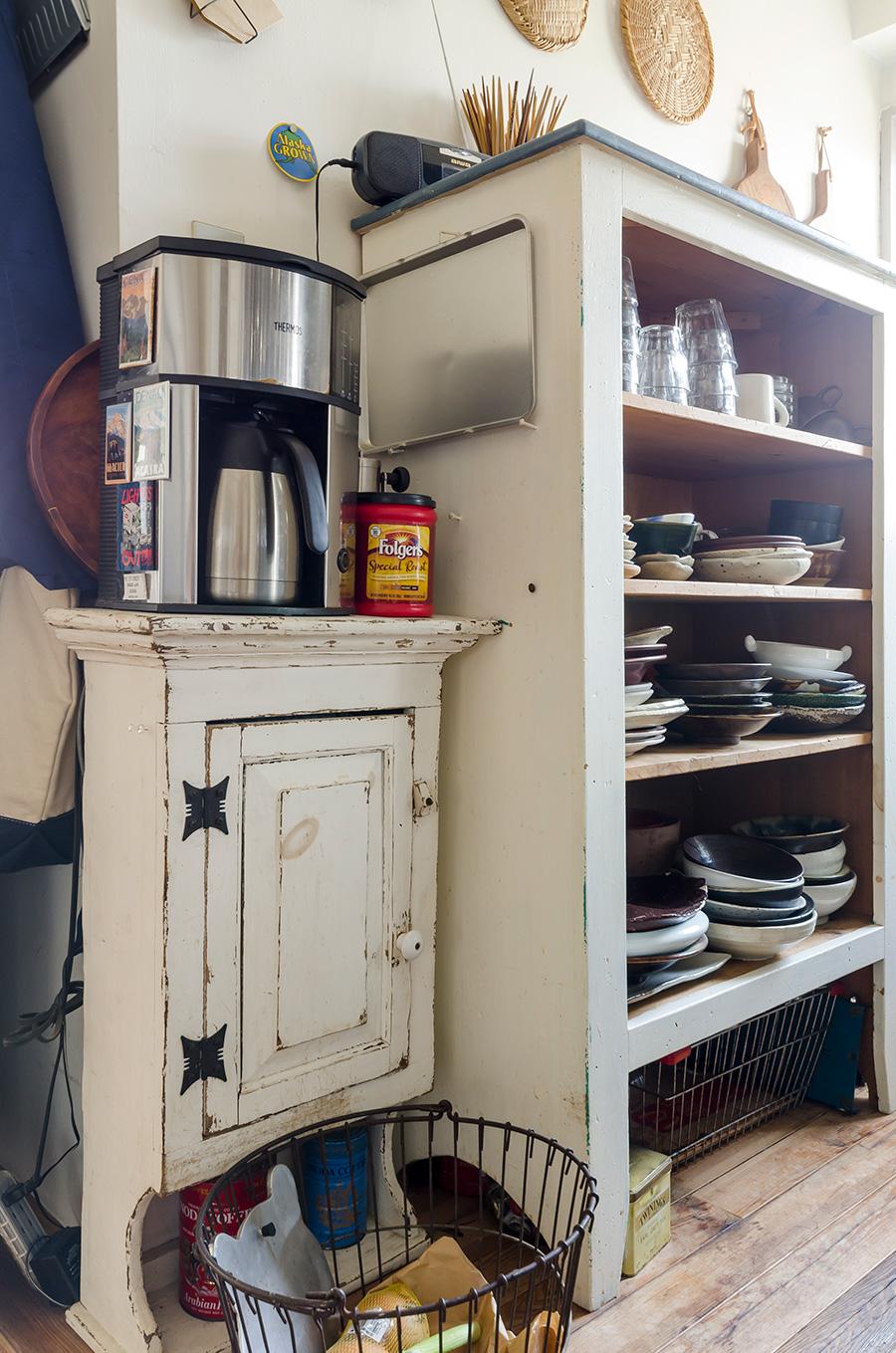 右は引越しの度、3回ほど塗り替えた麻由子さん手作りの棚。笠間焼の作家であったお父様の器などが。