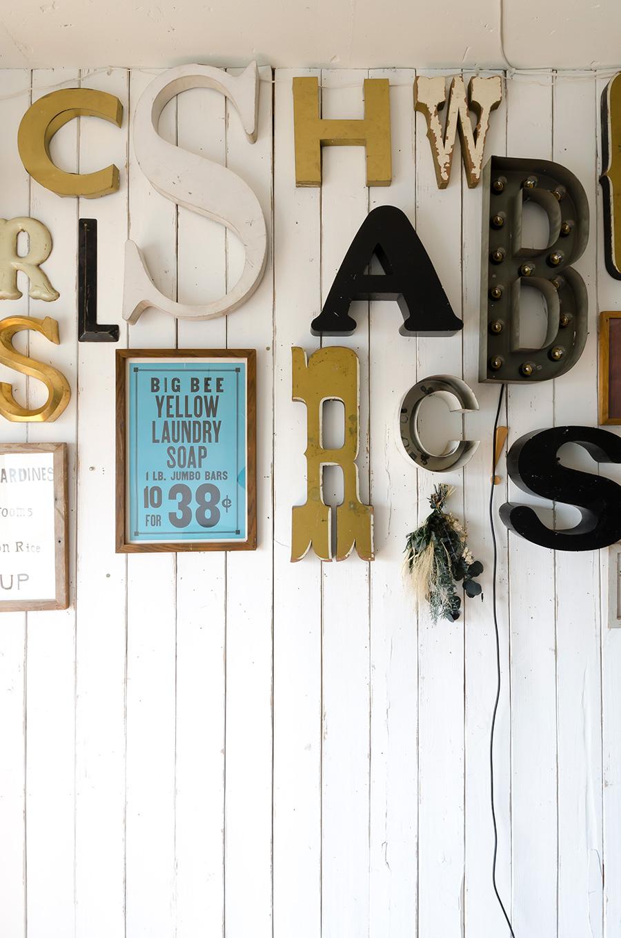 各地から集められたアルファベット。「LETTERS8」でも販売。