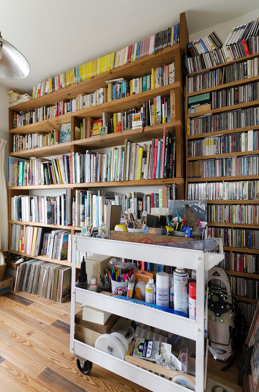 仕事部屋の手作りの棚には、趣味のCDや本がぎっしり。手前は麻由子さんの仕事道具を備えたワゴン。
