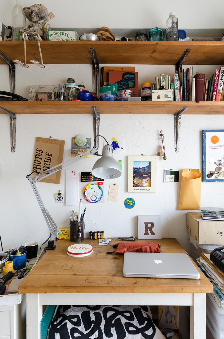 麻由子さんの作業机。他の場所にもアトリエを持つ。古材を使ったカッティングボードなどを制作。