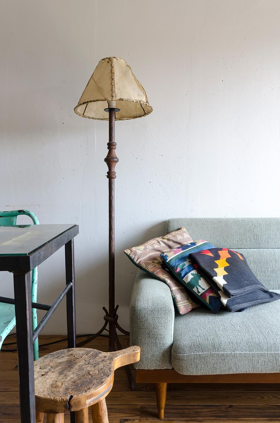 メキシコの古いシェードに合わせて友人に作ってもらったランプ。スツールは麻由子さんが古材で作成。