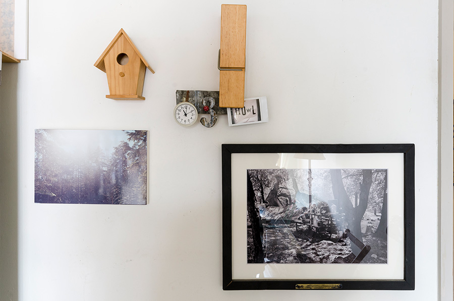 アウトドアも好きなおふたり。壁に、ヨセミテでクライミングカルチャーを発信したグレン・デニーの写真を。