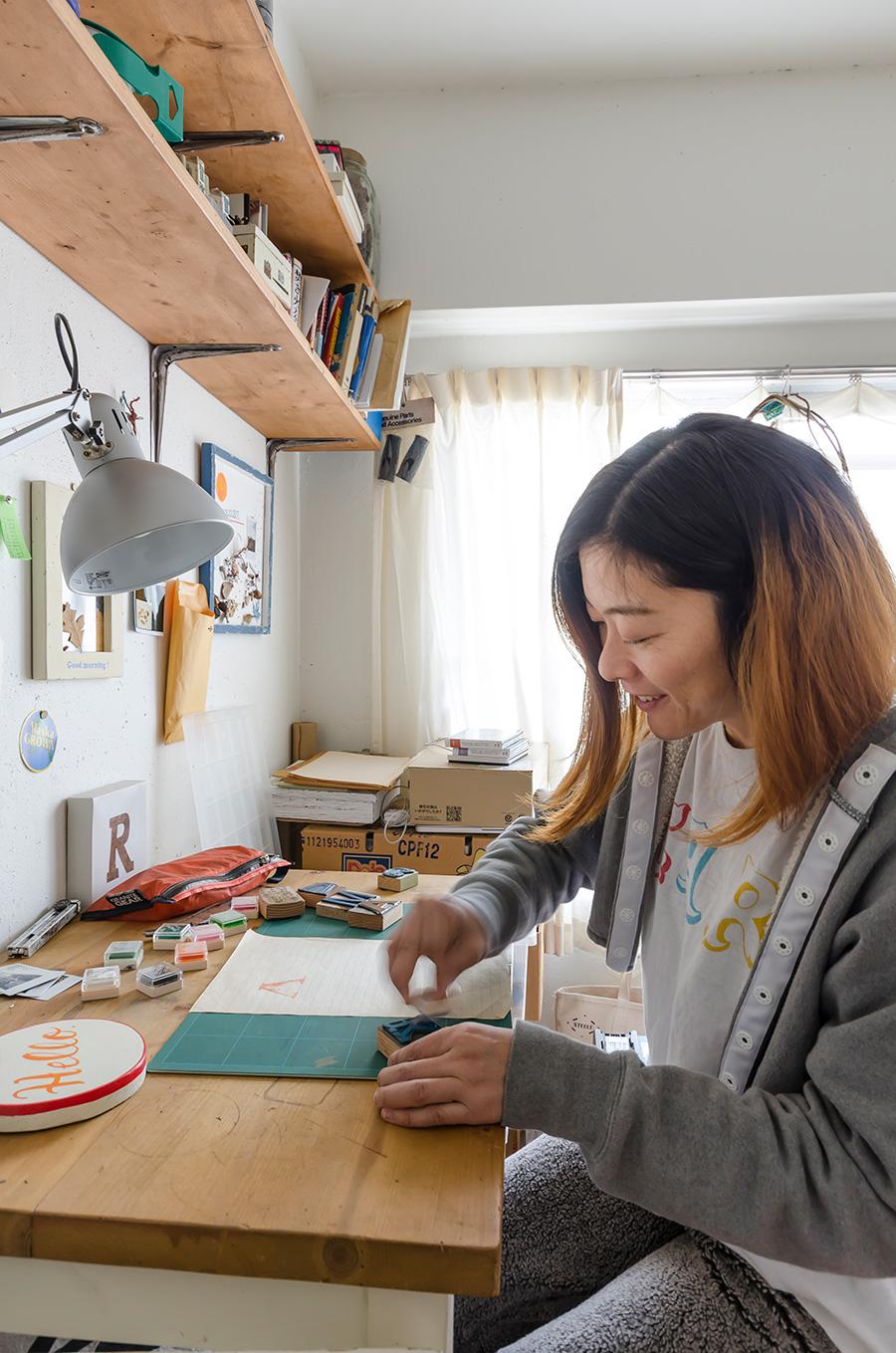 ものづくり家庭に生まれた麻由子さん。味のある作品が魅力。