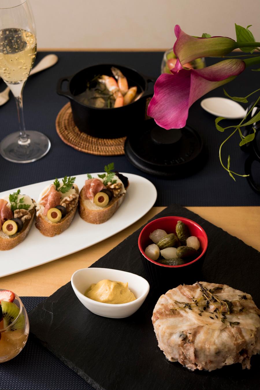 今回のメニューはパテ・ド・カンパーニュ、エビのアヒージョ、オープンサンド、チーズアラカルト、フルーツカクテル。シャンパンから白ワイン、赤ワインにも合うように、魚、肉を取り入れて構成。