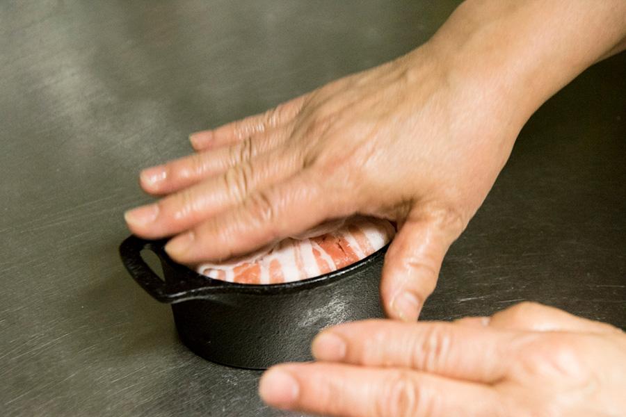 ⑥中の空気を抜くように、上から手でギュウギュウと押し込む。