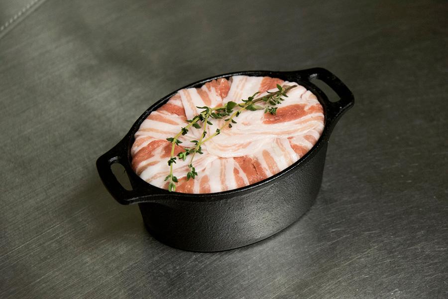 ⑦上にタイムを載せ、蓋をして180℃のオーブンで20分。肉が割れないようしっかりと空気を抜くのがポイント。