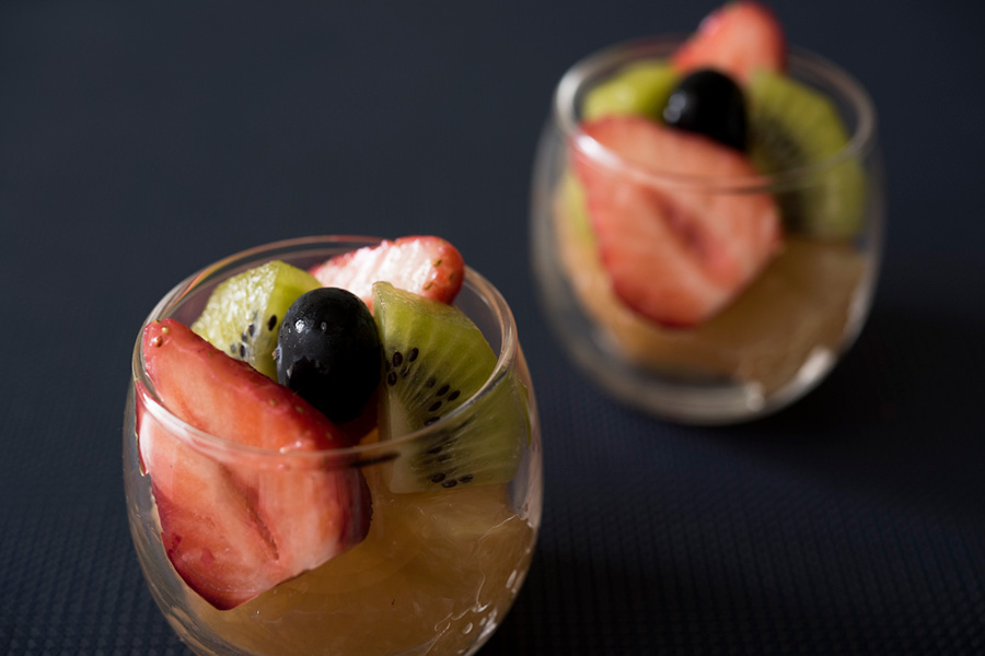 色んな味が楽しめるカットフルーツ。小さなグラスに、カクテル風に盛りつけたい。