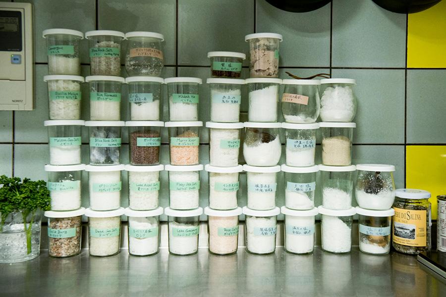 厨房には世界各国の塩が。「生徒さんなどにお土産で頂き増えていきました」。