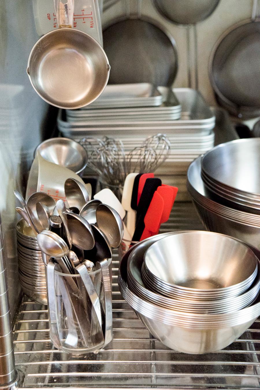 キッチンには調理器具がたくさん。ネットや合羽橋などで買い揃えるそう。